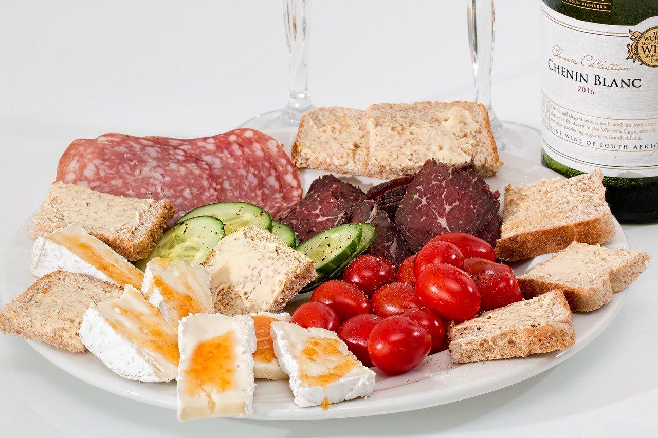 talíř potravin bohatých na bílkoviny