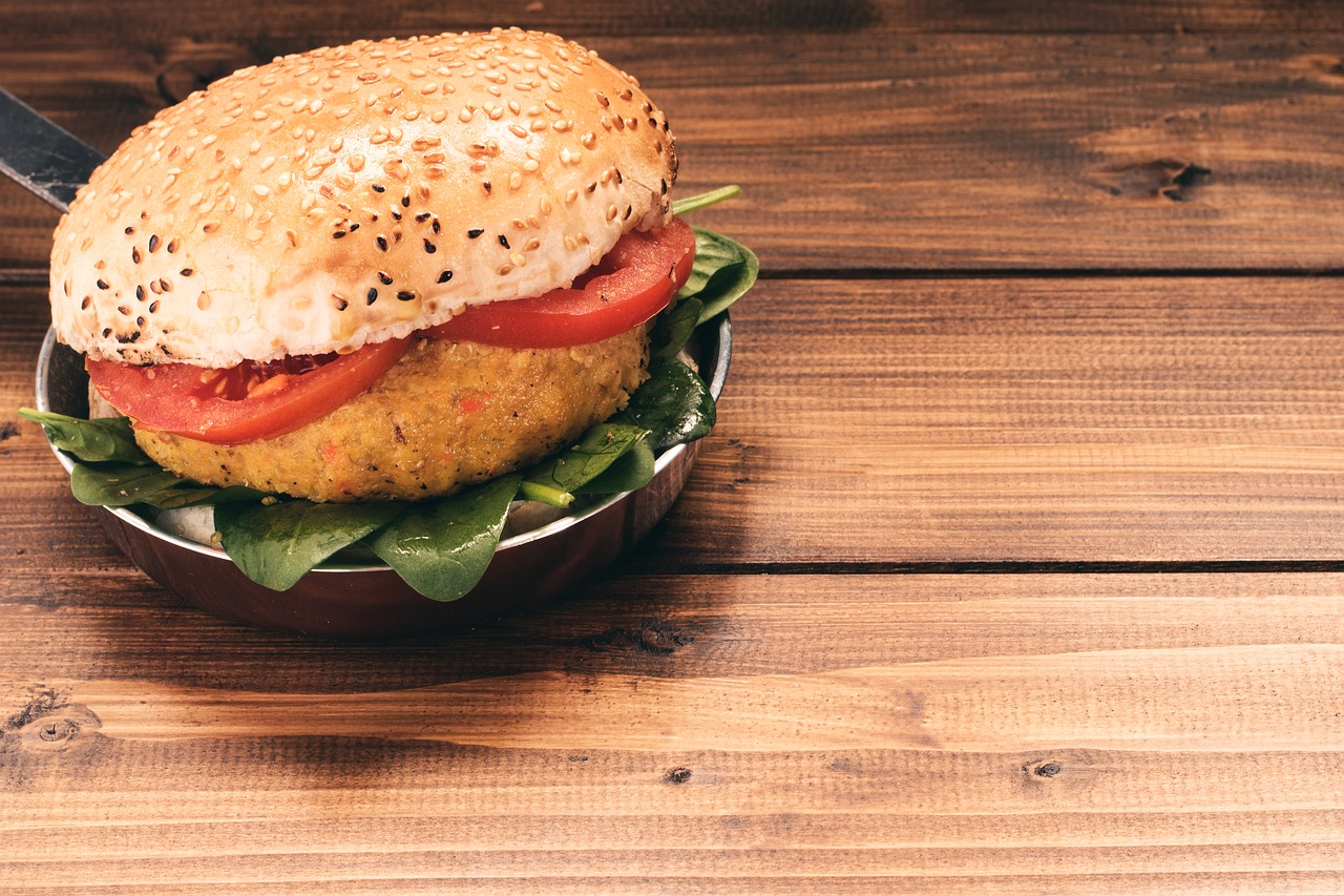 veganský burger na grilu